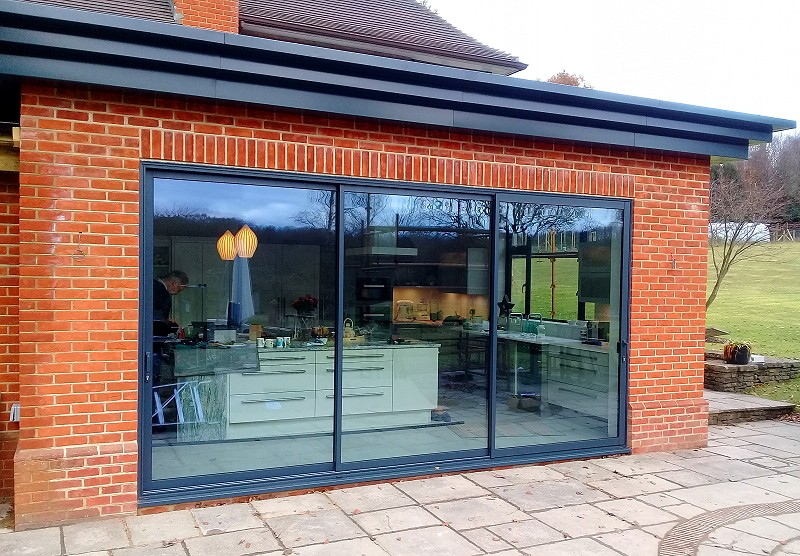 Hazelmere, Surrey: 3-panel sliding patio door in anthracite aluminium.